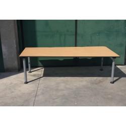 scrivania con gambe regolabili